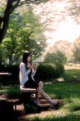 Sous un arbre ⅳ (Rei_312) Tags: portrait mamiya645 f19 portra160 sekor80mm