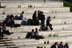 Alles Flaschen (Elbmaedchen) Tags: treppe hafencity schattenwurf flaschen people shadow sommer gutelaune menschen besucher hcu
