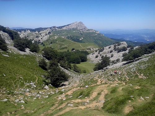 Montañeros bajando hacia Egiriñao