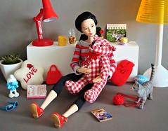 Cosy at home (Deejay Bafaroy) Tags: barbie matetomove mtm mattel doll puppe asian girl diorama 16 scale playscale miniature miniatur pillow kissen lamp lampe teddy teddybear teddybär red rot plaid kariert white weiss portrait porträt cosy cozy gemütlich cat katze