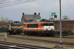 E-loc 9908 en d-loc 6003(Apeldoorn 11-4-2015) (Ronnie Venhorst) Tags: railroad holland train canon eos rebel ns d eisenbahn rail railway zug bahnhof db cargo 1600 railwaystation 1800 loc t3 bahn 9900 trein spoor apeldoorn acts 1100 spoorwegen lok treinen spoorweg nederlandse 2015 locomotief elok dloc eloc 6003 9908 locon goederentrein 1100d materieel dlok eos1100d spoormaterieel eos1100