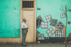 Happiness (Daniel Zambrano) Tags: street arquitectura lima retrato per fachada miraflores 2015 terceraedad danielzambrano
