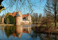 Schloss Herten ... hält noch Winterschlaf ... (Kindergartenkinder) Tags: winter schloss frühling wasserschloss herten kindergartenkinder