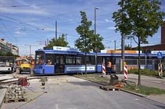 Natürlich wird das neue Gleis auch mit einem Niederflurwagen probegefahren: R2-Wagen 2149 verlässt rückwärts das Betriebshofsgelände (Frederik Buchleitner) Tags: 2149 abnahmefahrt betriebshof betriebshof2 einsteinstrase munich münchen probefahrt r2wagen redesign strasenbahn streetcar tram trambahn