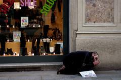 (www.tokil.it) Tags: milano italia italy citt city centro center viadante povero poor povert poverty carit charity negozio shop preghiera prayer senzatetto homeless uomo man prostrato postrate nikond90