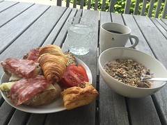 Frukost 27/7 (Atomeyes) Tags: mat frukost yoghurt msli baguetter skinka ost gurka tomat croissant kaffe citron vatten