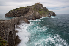 San Juan de Gaztelugatxe (Philippe Saire || Photography) Tags: canon eos 5d mark iii ef 1740mm f4l usm architecture nature paysage landscape seascape eau water mer sea ocean sanjuandegaztelugatxe paysbasque pasvasco espagne spain espaa costa vasca bizkaia biscaye vizcaya pierre rock rocher stone wideangle jete shore cte coast shoreline littoral coastline arche arch pont bridge ciel sky nuages clouds horizon falaise cliff ile island isla tourism tourisme tourismo photo photography fullframe ff pleinformat philippesaire vague wave