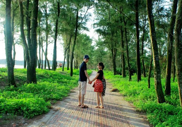 Con đường tình yêu thu hút rất nhiều bạn trẻ đến thăm quan