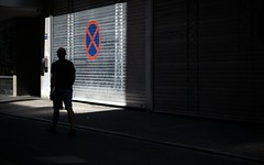 X Marks The Spot (Sven Hein) Tags: mann menschen leute strasse sommer strassenfotografie xmarksthespot man people silhouette streetsign street streetlife summer candid streetphotography sony alpha 6000 ilce