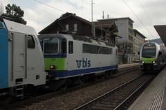 BLS Ltschbergbahn Re 4/4 504 und RAILPOOL Lokomotive Baureihe 186 108 - 7 im BLS Cargo Design am Bahnhof Bern Weissenbhl bei Bern im Kanton Bern der Schweiz (chrchr_75) Tags: chriguhurnibluemailch christoph hurni schweiz suisse switzerland svizzera suissa swiss chrchr chrchr75 chrigu chriguhurni april 2015 albumzzz201504april albumbahnenderschweiz albumbahnenderschweiz201516 schweizer bahnen eisenbahn bahn train treno zug albumblsltschbergbahn bls ltschbergbahn albumsbbre44iiiii lok lokomotive sbb cff ffs schweizerische bundesbahn bundesbahnen re44 re 44 juna zoug trainen tog tren   locomotora lokomotiv locomotief locomotiva locomotive railway rautatie chemin de fer ferrovia  spoorweg  centralstation ferroviaria