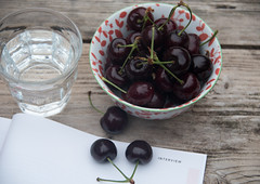 interview (=Mirjam=) Tags: summer water glass magazine table cherries bowl juli 2016 inthegarden tuintafel nikond750