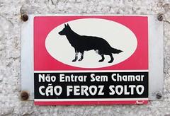 Residential angst (Bosc d'Anjou) Tags: dog sign warning monteestoril cãoferoz