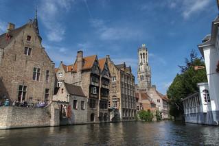 Brugge, Zicht van op de Rozenhoedkaai, met op de achtergrond het Belfort.