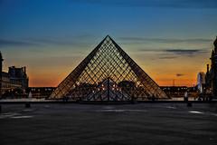 la base... (HDR) (Paulo.C.Neves) Tags: pyramide louvre paris hdr muse museum gold hour blue