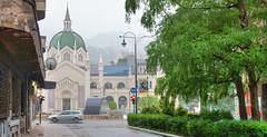 Le pont Festina lente et le muse des Beaux-Arts (Vincent Rowell) Tags: jpeg tonemapped balkans2016 bosniaandherzegovina rain sarajevo museum bridge festinalente sonyhandheldtwilightfunction