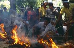Bali, Padang Bai, ceremony (blauepics) Tags: indonesien indonesia indonesian indonesische bali island padang bai zeremonie ceremony hindu traditional traditionell men mnner fire feuer burning brennen