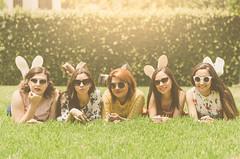 Sesión amigas (ivalvarezphoto) Tags: mejores chicas grupal cesped grupo amigas zacate jardin soleado sesion lentes sol gafas