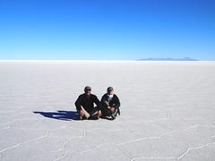 Salar de Uyuni (magellano) Tags: salar uyuni bolivia sale salt paesaggio landscape uomo man donna woman turista tourist bianco white orizzonte horizon coppia couple people persone sit seated sitting