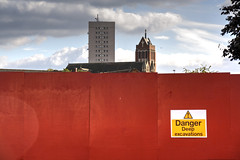red front (Rasande Tyskar) Tags: city uk red england building rot tower church sign wall work fence site birmingham kirche baustelle zaun towerblock hochhaus midlands wohnhaus