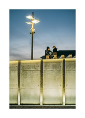 Ribeira das Naus, Lisboa (Sr. Cordeiro) Tags: street muro portugal wall night 50mm couple fuji pentax lisboa lisbon f14 noite fujifilm rua casal smc pentaxm xpro1 focalreducer ribeiradasnaus camdiox