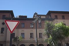 P1280573 (Jusotil_1943) Tags: marron seales trafico farola oviedo pluma arboles ventanas