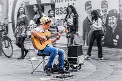Joven msico / Young musician (Emilio A.S.) Tags: oxford inglaterra msico msica guitarra calle gente monocromo selectivo musician music people street selective performance d3100 emilioas on1pics
