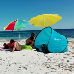 Beach ..... (shot by Paolo) (Deneb56) Tags: sea spiaggia mare beach roberta colors colori azzurro giallo rosso