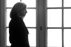 Lonesome Lady (David Klumpp) Tags: davidklumpp schwarzweiss blackwhite blackandwhite portrait tbingen unitbingen frau blond blondine neueaula steinboden altesgebude bokeh fenster drinnen gebude