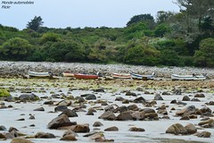 Petit bateaux ! (Monde-Auto Passion Photos) Tags: plage bateau cailloux galet arbre arbustre nature vgtation france kerloch finistre bretagne