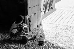 Luz y sombra - Rodas 2016 (Luisen Rodrigo) Tags: alms rhodes rodos kids poverty