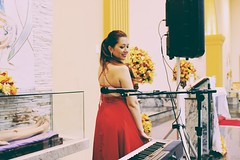 Ela e o piano (lukkasgeovanne) Tags: piano voz pianista vestido igreja casamento church married music msica