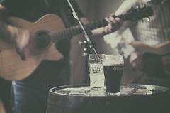 En directo (Graella) Tags: pub bar guinness cerveza beer musica guitarra acustica barril irlanda ireland ambiente