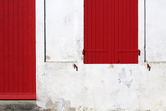 Fières couleurs (Nadia (no awards please !)) Tags: street red white wall port rouge village rue mur blanc oléron petitport