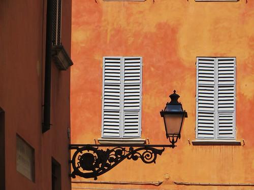 Eclairage public, viccolo al Battistero, Parme, Emilie-Romagne, Italie.