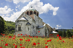 Monastre orthodoxe Studenica, Serbie (Voyages Lambert) Tags: history church abbey architecture photography women shrine europe cross symbol religion monastery cupola complexity christianity cloister orthodox minster fresco priory studenica constructionindustry circa13thcentury serbianculture