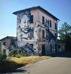 Le colline di #Canossa e la street art che fa rivivere i vecchi casolari. #appenninoreggiano (Viaggio Vero) Tags: photo instagram flickr viaggiovero travel viaggio