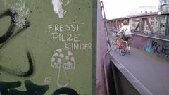 Fresst Pilze, Kinder (Jrgo) Tags: streetart frankfurt kinder pilze frankfurtammain ffm streetartfrankfurt streetartgermany streetartffm