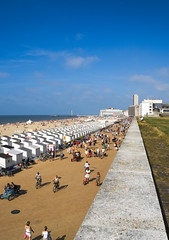 On The Beach (Ren-s) Tags: vanishing vanishingpoint point de fuite ciel bleu mer sea sky blue bluesky cloud nuages people buildings btiment sand sable house grass herbe ostend belgique belgium daylight europe northsea merdunord