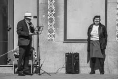 O cantor e a ouvinte (The singer and the listener) (A. Paulo C. M. Oliveira) Tags: snapshot gentes peoples bw blackandwhite porto portugal nikon d3000 ianstantâneo preto e branco pb