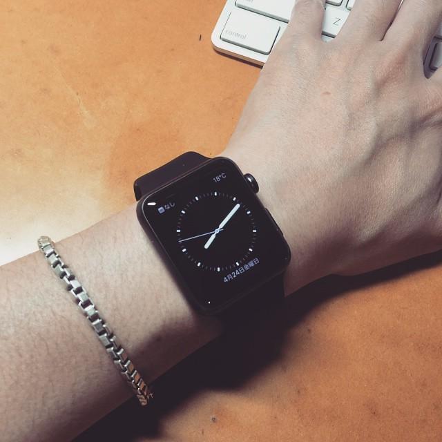 Apple WATCH SPORT/全部黒モデル。アルミ素材の本体とフルオロエラストマーとかいうシリコンっぽい謎の素材からなるバンド、どちらも黒ならチャチさが目立たずいいカジュアル感☆