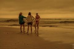 el rescate (villarriestra) Tags: beach playa women mujeres nublado cloudy verano summer bikini