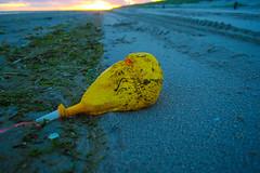 Vlieland - strand - ballon McDonald's (Dirk Bruin) Tags: vlieland strand vliehors noordwestenwind noordwest jutten strandjutten jutterij beachcombing beachcomber strandrauber aanspoeling vloedlijn vloedmerk ballon balloon mcdonalds macdonald mcdonald uk