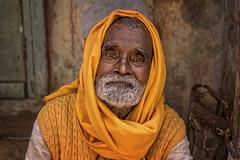 VARANASI: PORTRAIT D'UN HOMME DANS LA RUE (pierre.arnoldi) Tags: inde india uttarpradesh varanasi benares photoderue portraitdhomme photocouleur photodevoyage photooriginale bestportraitsaoi