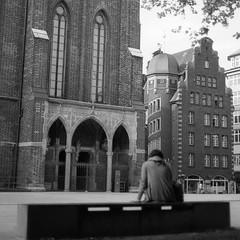 - (>kindgott<) Tags: bw monochrome kodak trix asa200 nikon 50mm f18 nikkor epson v500 scan analog film bn architecture hamburg deutschland germany solitude loneliness back woman figure