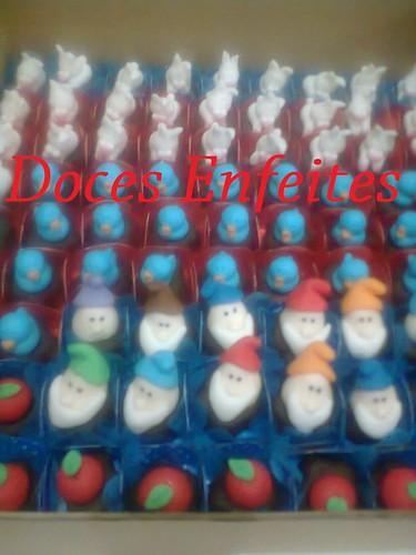 Festa da Branca de Neve (bombons decorados com os 7 anões, coelhos, passarinhos e maças)