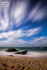 Contra el viento y la marea (Andres Breijo http://andresbreijo.com) Tags: noche nocturna night nubes clouds cloudy nublado playa beach roca rocks orilla mar sea soledad