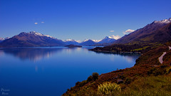 Lothlrien (Photonenblende) Tags: lakewakatipu newzealand southisland sdinsel lake see mountainlake bergsee water wasser mountains berge alps alpen snow schnee sky himmel gras blue blau reflection spiegelung landscape landschaft silence stille nature natur outdoor travel