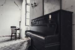 I tasti del pianoforte sono neri e bianchi, ma suonano come un milione di colori nella tua mente (.Ell) Tags: light italy abandoned window canon decay piano forgotten villa repubblica pianoforte abbandono