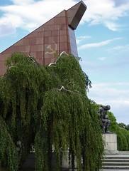 Berlin - Sowjetisches Ehrenmal (3) (Ellenore56) Tags: 07072016 berlin berlinsowjetischesehrenmal ehrenmal sowjetischesehrenmalimtreptowerpark treptow berlintreptow treptowerehrenmal sovietwarmemorial memorial zentralachse fahne fahnen stilisiertefahnen skulptur sculpture soldat kniendesoldat stylizedbanner soldier kneelingsoldier grabmal tomb buryingplace burialground birke birken trauerbirke hngebirke birch birchtree monument monumental treptowerpark detail moment augenblick sichtweise perception perspektive perspective reflektion reflection reflexion farbe color colour licht light inspiration imagination faszination geschichte history panasonicdmctz61 ellenore56 architektur architecture granit granite stein stone brick metall metal eisen iron eisenguss ironcasting hammerundsichel hammerandsickle symbol