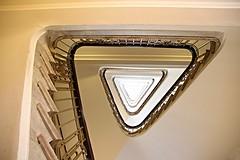 camembert (Fotoristin - blick.kontakt) Tags: hamburg mnckeberghaus treppe treppenhaus stairs staircase geometry architecture light triangle camembert fotoristin